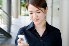 Asiatische Geschäftsfrau mit Telefon Lizenzfreie Stockfotos