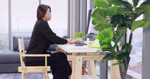 Asiatische Geschäftsfrau nennt Smartphone stock footage