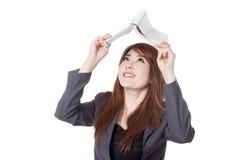 Asiatische Geschäftsfrau schaut oben zu einem Buch Stockfotografie