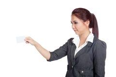 Asiatische Geschäftsfrau setzte eine leere Karte zu etwas Stockfotografie