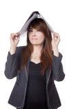 Asiatische Geschäftsfrau setzte einen Ordner auf ihren Kopf Stockbild