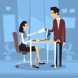 Asiatische Geschäftsfrau Sitting Desk Businessman geben Papiergeschäftslokal Lizenzfreie Stockbilder