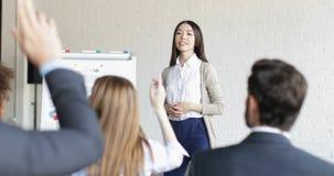 Asiatische Geschäftsfrau Speaker On Presentation mit Gruppe Geschäftsleuten, die Fragen während der Konferenz-Sitzung stellen stock footage