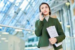 Asiatische Geschäftsfrau Speaking telefonisch lizenzfreie stockfotografie
