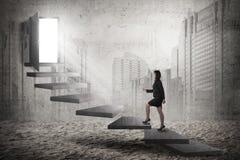 Asiatische Geschäftsfrau steigern die Treppe Lizenzfreie Stockfotos