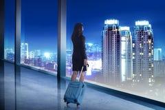 Asiatische Geschäftsfrau tragen Koffer mit Bürofensterhintergrund Lizenzfreie Stockfotos
