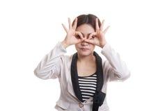 Asiatische Geschäftsfrau tun lustiges doppeltes OKAYzeichen als Gläser lizenzfreies stockfoto