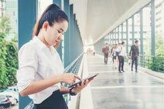 Asiatische Geschäftsfrau unter Verwendung des Smartphone für Arbeit stockfoto