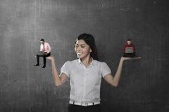 Asiatische Geschäftsfrau wählen das Zwei-mannarbeiten Lizenzfreie Stockbilder