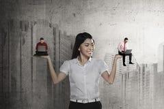 Asiatische Geschäftsfrau wählen das Zwei-mannarbeiten Stockfotos