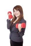 Asiatische Geschäftsfrauaufzugdummköpfe und -lächeln Lizenzfreie Stockfotografie