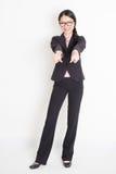 Asiatische Geschäftsfraufinger, die auf Sie zeigen Lizenzfreie Stockfotografie