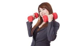 Asiatische Geschäftsfraugriffdummköpfe mit ihren beiden Hand Stockfoto