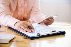Asiatische Geschäftsfrauhand, die an Laptop-Computer mit digita arbeitet Lizenzfreies Stockfoto