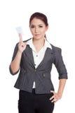 Asiatische Geschäftsfraushow, die eine leere Karte mit vertrauen Stockfotografie