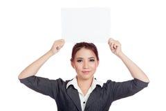 Asiatische Geschäftsfraushow ein leeres unterzeichnen vorbei ihr hea Stockfoto