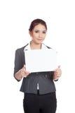 Asiatische Geschäftsfraushow ein leeres Zeichen und ein Lächeln Lizenzfreies Stockbild
