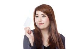 Asiatische Geschäftsfraushow eine leere Karte Lizenzfreie Stockbilder