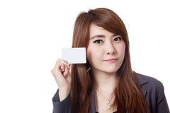 Asiatische Geschäftsfraushow eine leere Karte nah an ihrem Gesicht Lizenzfreie Stockfotos