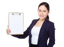 Asiatische Geschäftsfraushow mit Klemmbrett Stockbild