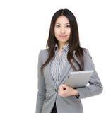 Asiatische Geschäftsfrautablette stockfoto