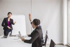 Asiatische Geschäftsleute in der Chefetagesitzung, die Teamgruppe, die mit der Hand sich bespricht, heben oben zusammen in Konfer stockbild