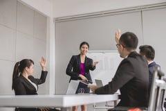 Asiatische Geschäftsleute in der Chefetagesitzung, die Teamgruppe, die mit der Hand sich bespricht, heben oben zusammen in Konfer stockfotos