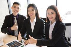 Asiatische Geschäftsleute in der Sitzung Lizenzfreies Stockbild