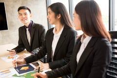 Asiatische Geschäftsleute in der Sitzung Lizenzfreies Stockfoto