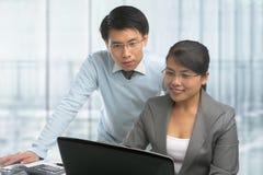 Asiatische Geschäftsleute, die zusammenarbeiten Stockbilder