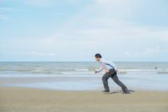 Asiatische Geschäftsmänner bemühen sich mit der Arbeit, die getan wird Stockfotos