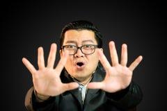Asiatische Geschäftsmänner hoben seine Hand zum Block an Lizenzfreie Stockbilder