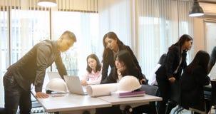 Asiatische Geschäftsmänner und Gruppe unter Verwendung des Notizbuches für das Treffen und busin lizenzfreie stockfotografie