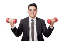 Asiatische Geschäftsmannübung mit Dummköpfen in seinen beiden Händen Lizenzfreies Stockbild