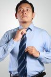 Asiatische Geschäftsmann-Adjust His Neck-Bindung Lizenzfreie Stockbilder