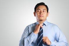 Asiatische Geschäftsmann-Adjust His Neck-Bindung Lizenzfreies Stockfoto