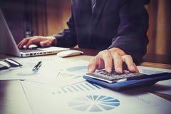 Asiatische Geschäftsmannhand, die auf Geschäftsdokument während DIS zeigt Lizenzfreies Stockbild