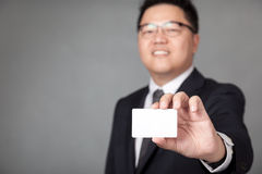 Asiatische Geschäftsmannshow eine weiße Karte Lizenzfreie Stockfotografie