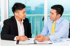 Asiatische Geschäftsmannzeichenvereinbarung Stockfoto