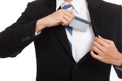 Asiatische Geschäftsmannzugkreditkarte von seiner Klage Lizenzfreie Stockfotografie