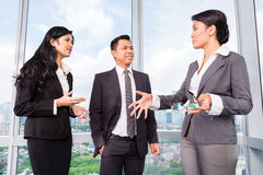 Asiatische Geschäftsteambesprechung lizenzfreie stockfotos