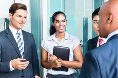Asiatische Geschäftsteamdiskussion zu indischem CEO Stockbilder