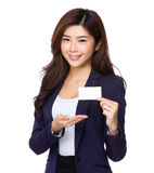 Asiatische Geschäftsfrau, die Namenkarte zeigt Lizenzfreies Stockfoto