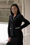 Asiatische Geschäftsfrau mit der Hand auf Hüfte Lizenzfreie Stockfotografie