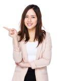 Asiatische Geschäftsfrau mit Fingerpunkt oben Lizenzfreie Stockbilder