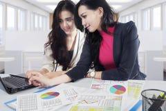 Asiatische Geschäftsfrauen, die mit Laptop arbeiten Stockbild