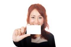 Asiatische glückliche Show des Büromädchens ein Fokus der leeren Karte auf der Karte Stockfotos