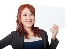 Asiatische glückliche Show des Büromädchens ein leeres unterzeichnen herein ihre Hand und Lächeln Lizenzfreie Stockbilder