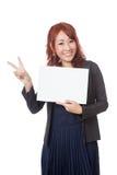 Asiatische glückliche Show des Büromädchens ein leeres Zeichen und ein Siegeszeichen mit Lizenzfreies Stockbild