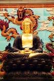 Asiatische goldene Gautama Buddha Statue, buddhistische Statue im chinesischen Buddhismustempel Stockbild